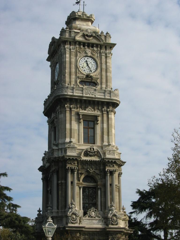 Sarayın girişindeki saat kulesi